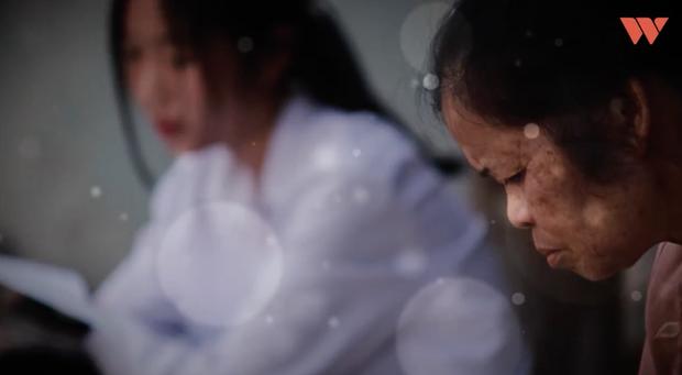Đứa bé được người đàn bà 14 năm nuôi dạy thay mẹ ruột: Giờ bà cột tóc cho Thương đi học, mai kia bà già yếu, Thương chải đầu hộ bà nhé - Ảnh 3.