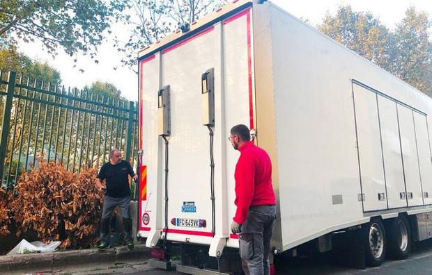 Chùm ảnh: Cận cảnh 2 xe VinFast được vận chuyển tới Paris Motor Show - Ảnh 1.