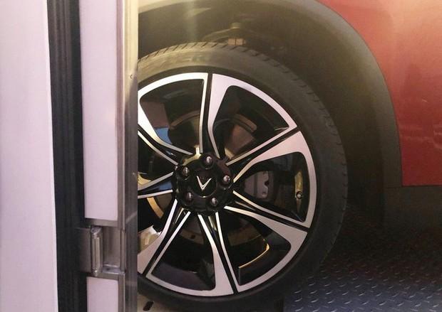 Chùm ảnh: Cận cảnh 2 xe VinFast được vận chuyển tới Paris Motor Show - Ảnh 7.