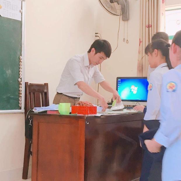 Hình ảnh siêu đáng yêu: Thầy giáo miệt mài là áo cho học sinh để có áo đẹp dự lễ khai giảng - Ảnh 1.