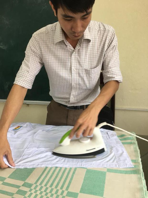 Hình ảnh siêu đáng yêu: Thầy giáo miệt mài là áo cho học sinh để có áo đẹp dự lễ khai giảng - Ảnh 2.