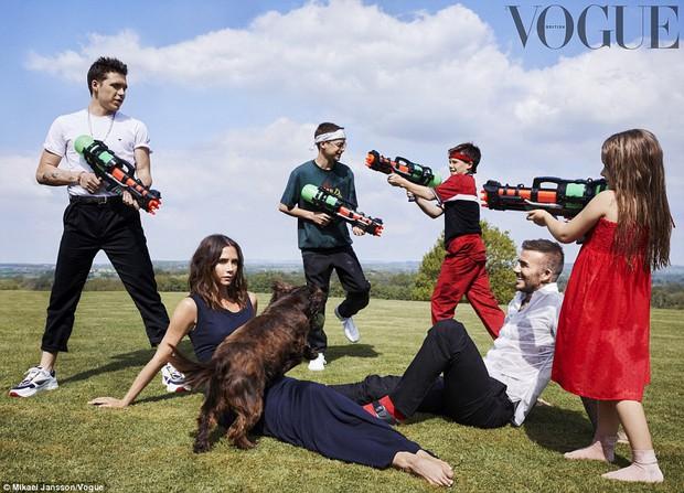Gia đình Beckham quây quần chụp bộ ảnh đẹp lung linh và chia sẻ về tin đồn rạn nứt tình cảm - Ảnh 1.