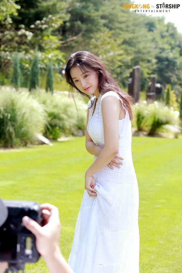 Náo loạn trước bộ ảnh hậu trường của mỹ nhân Hậu duệ mặt trời Kim Ji Won: Khi nhan sắc vượt cả chuẩn nữ thần - Ảnh 2.