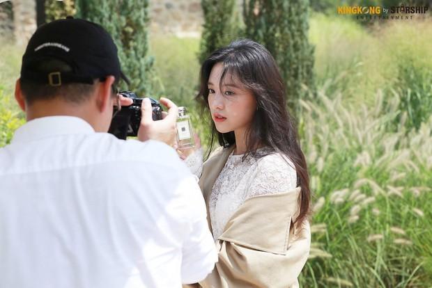 Náo loạn trước bộ ảnh hậu trường của mỹ nhân Hậu duệ mặt trời Kim Ji Won: Khi nhan sắc vượt cả chuẩn nữ thần - Ảnh 13.