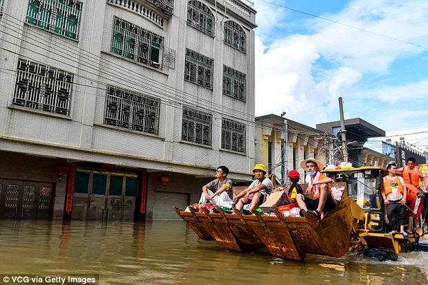 Trung Quốc: Ung dung ngồi trong máy giặt, bé gái 1 tuổi được lính cứu hộ đưa ra khỏi vùng mưa lũ an toàn - Ảnh 1.