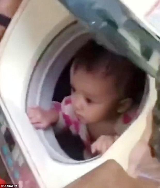 Trung Quốc: Ung dung ngồi trong máy giặt, bé gái 1 tuổi được lính cứu hộ đưa ra khỏi vùng mưa lũ an toàn - Ảnh 3.