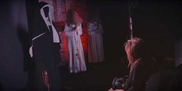 Dọa khán giả trên phim đã đời, Valak thân chinh trêu người trong phòng tối - Ảnh 2.