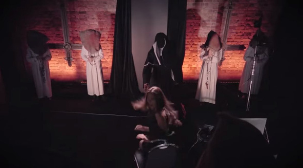 Dọa khán giả trên phim đã đời, Valak thân chinh trêu người trong phòng tối - Ảnh 3.