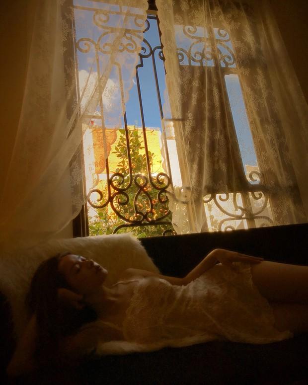 Khoảnh khắc hot nhất MXH hôm nay: Chi Pu mặc váy xuyên thấu mỏng tang, khoe trọn hình thể cực nóng bỏng  - Ảnh 1.