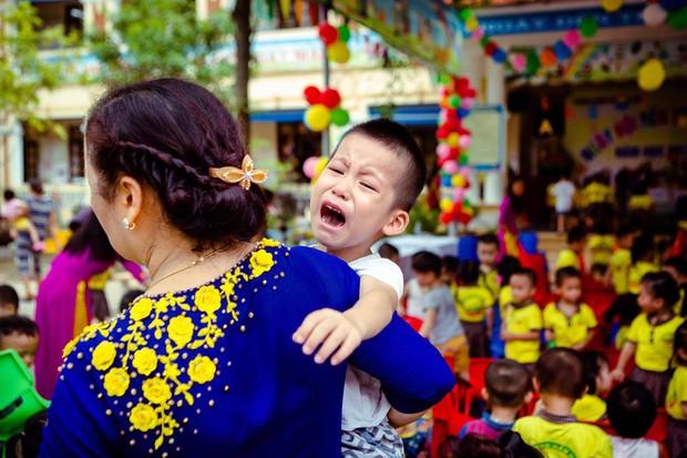 Chùm ảnh: Giọt nước mắt bỡ ngỡ và những biểu cảm khó đỡ của các em nhỏ trong ngày khai giảng - Ảnh 10.