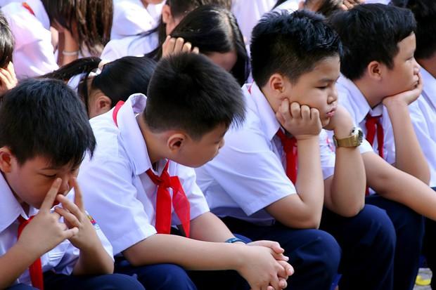 Chùm ảnh: Giọt nước mắt bỡ ngỡ và những biểu cảm khó đỡ của các em nhỏ trong ngày khai giảng - Ảnh 8.