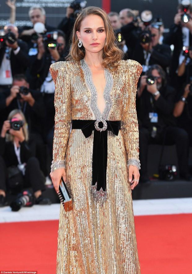 Trong khi nhiều sao nữ tị nạnh nhau, riêng Natalie Portman lại cúi mình chỉnh váy cho đàn em tại LHP Venice - Ảnh 6.