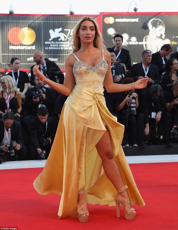 Trong khi nhiều sao nữ tị nạnh nhau, riêng Natalie Portman lại cúi mình chỉnh váy cho đàn em tại LHP Venice - Ảnh 10.
