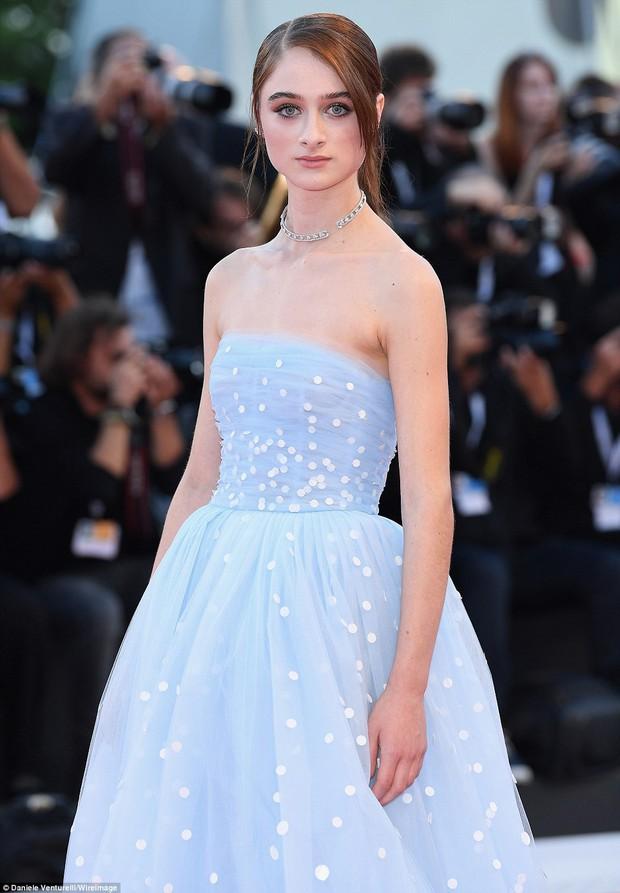 Trong khi nhiều sao nữ tị nạnh nhau, riêng Natalie Portman lại cúi mình chỉnh váy cho đàn em tại LHP Venice - Ảnh 7.