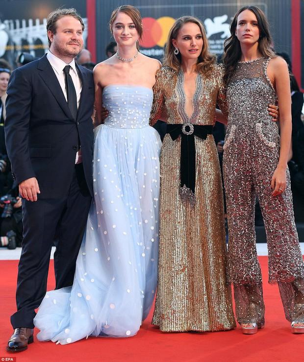 Trong khi nhiều sao nữ tị nạnh nhau, riêng Natalie Portman lại cúi mình chỉnh váy cho đàn em tại LHP Venice - Ảnh 1.