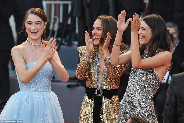 Trong khi nhiều sao nữ tị nạnh nhau, riêng Natalie Portman lại cúi mình chỉnh váy cho đàn em tại LHP Venice - Ảnh 5.