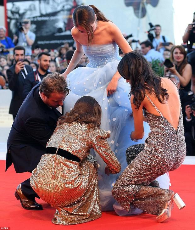 Trong khi nhiều sao nữ tị nạnh nhau, riêng Natalie Portman lại cúi mình chỉnh váy cho đàn em tại LHP Venice - Ảnh 3.
