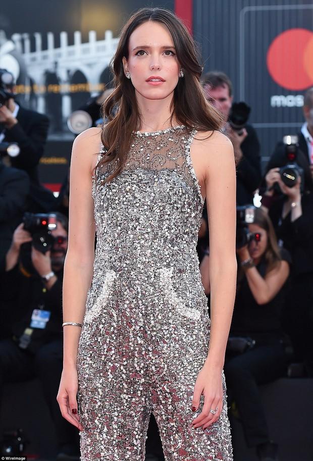 Trong khi nhiều sao nữ tị nạnh nhau, riêng Natalie Portman lại cúi mình chỉnh váy cho đàn em tại LHP Venice - Ảnh 8.