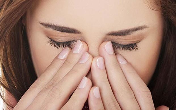 Thói quen rất nhiều người mắc phải nhưng gây ra tới 4 cái hại cho mắt - Ảnh 1.