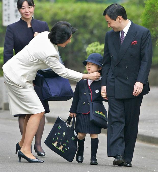 Loạt ảnh ngày đầu tiên đi học siêu đáng yêu của các công chúa, hoàng tử nhí trên thế giới - Ảnh 10.