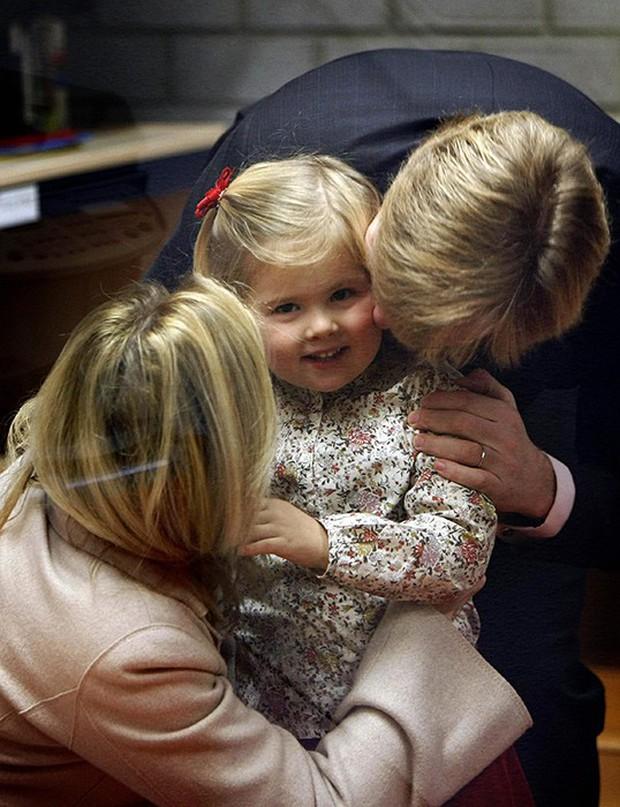 Loạt ảnh ngày đầu tiên đi học siêu đáng yêu của các công chúa, hoàng tử nhí trên thế giới - Ảnh 11.