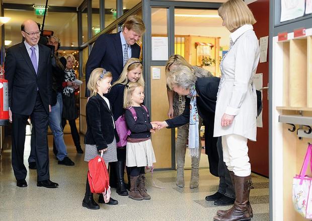 Loạt ảnh ngày đầu tiên đi học siêu đáng yêu của các công chúa, hoàng tử nhí trên thế giới - Ảnh 12.