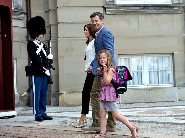 Loạt ảnh ngày đầu tiên đi học siêu đáng yêu của các công chúa, hoàng tử nhí trên thế giới - Ảnh 14.