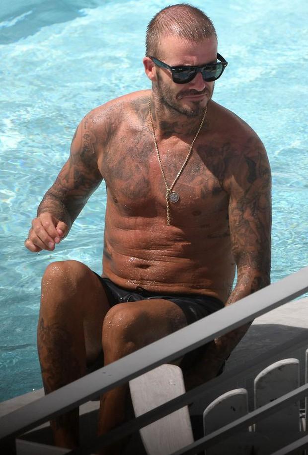 Soái ca một thời David Beckham lộ tóc thưa như sắp hói, bị bắt gặp trò chuyện với người đẹp khác khi vắng Vic - Ảnh 3.