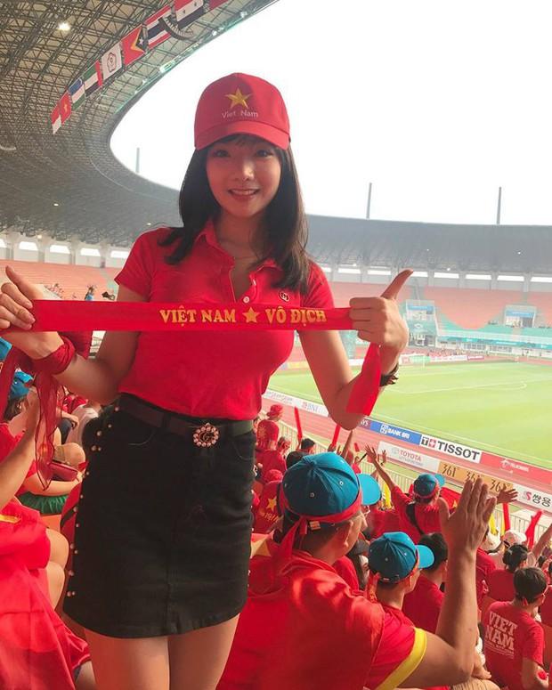 Tiếp tục xuất hiện trên sóng truyền hình Hàn Quốc, nữ CĐV Việt xinh đẹp nhận về bão lời khen - Ảnh 5.