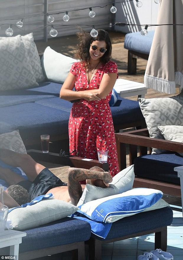 Soái ca một thời David Beckham lộ tóc thưa như sắp hói, bị bắt gặp trò chuyện với người đẹp khác khi vắng Vic - Ảnh 7.