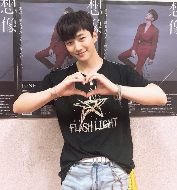 Vui quá hóa dại, Junho (2PM) thẳng tay ném vòng kim cương hơn 800 triệu đồng cho fan - Ảnh 1.
