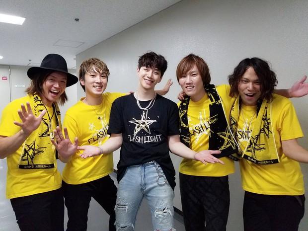 Vui quá hóa dại, Junho (2PM) thẳng tay ném vòng kim cương hơn 800 triệu đồng cho fan - Ảnh 4.
