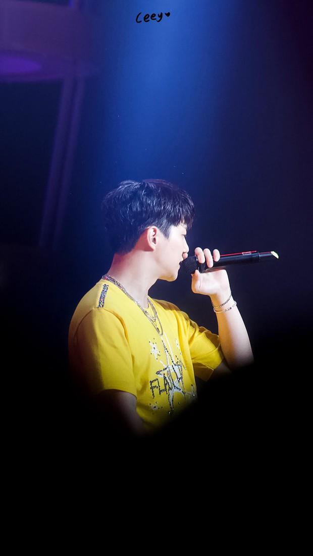 Vui quá hóa dại, Junho (2PM) thẳng tay ném vòng kim cương hơn 800 triệu đồng cho fan - Ảnh 6.