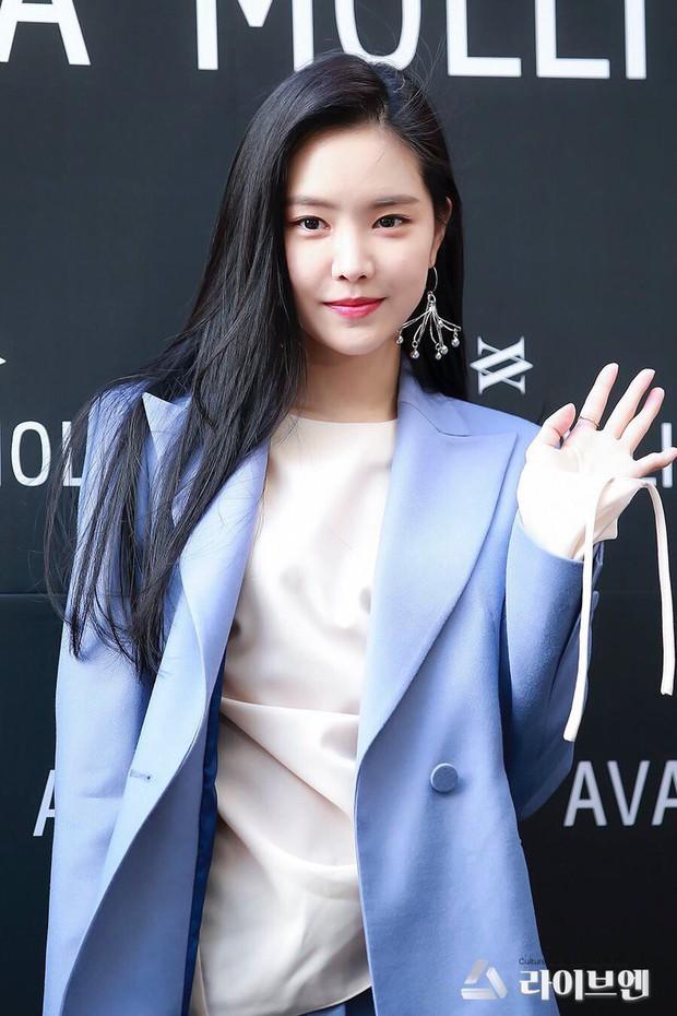Lâu lâu Naeun (A Pink) mới lại mặc suit kín bưng, netizen Hàn khen hết lời: Không phải cô thì chẳng ai mặc đẹp được đến thế! - Ảnh 1.