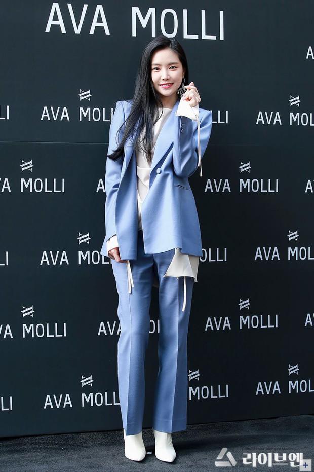 Lâu lâu Naeun (A Pink) mới lại mặc suit kín bưng, netizen Hàn khen hết lời: Không phải cô thì chẳng ai mặc đẹp được đến thế! - Ảnh 3.