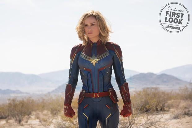 Tung tạo hình kín cổng cao tường gần sát nguyên mẫu, Captain Marvel bị chê kém sexy - Ảnh 2.