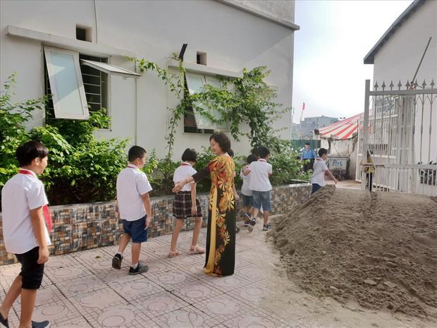 Vụ trường học bị đổ gạch, cát ở Hà Nội: Tình hình tồi tệ hơn sau khi Sở GDĐT vào cuộc - Ảnh 2.