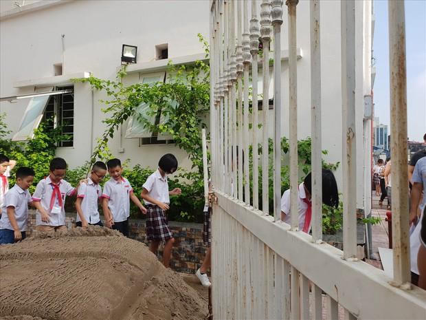Vụ trường học bị đổ gạch, cát ở Hà Nội: Tình hình tồi tệ hơn sau khi Sở GDĐT vào cuộc - Ảnh 3.