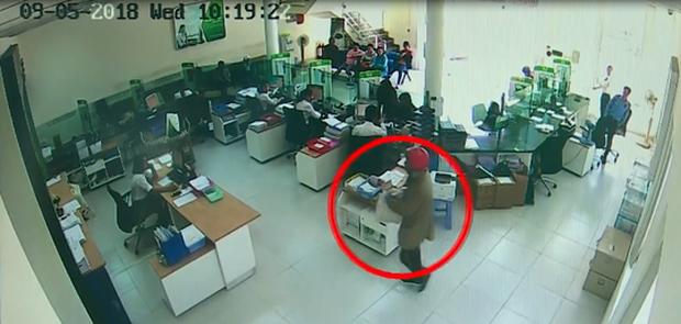 Nhận dạng 2 tên cướp ngân hàng ở Khánh Hòa - Ảnh 3.