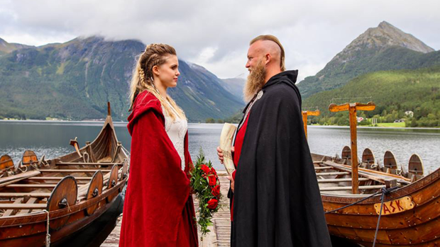 Cặp đôi Na Uy tổ chức đám cưới với thuyền chiến và cắt máu ăn thề theo đúng chuẩn Viking - Ảnh 1.