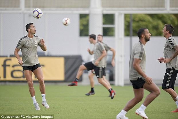 Ronaldo mắt đen, thâm quầng ra sân tập ở Juventus - Ảnh 4.