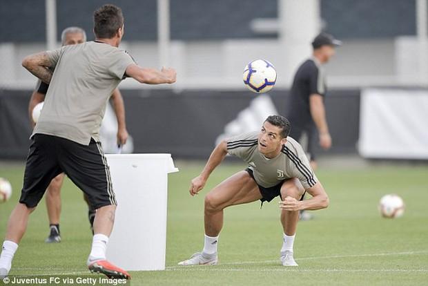 Ronaldo mắt đen, thâm quầng ra sân tập ở Juventus - Ảnh 5.
