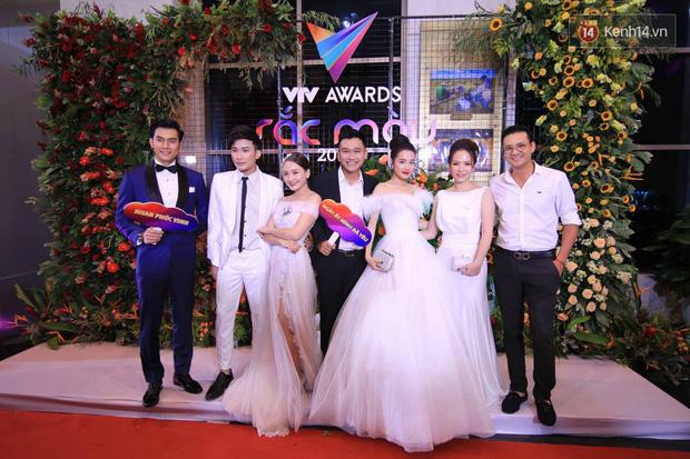 Thảm đỏ VTV Awards 2018: Dàn sao Việt lộng lẫy hội ngộ, Nhã Phương liên tục tạo dáng dùng tay che vòng 2 - Ảnh 8.
