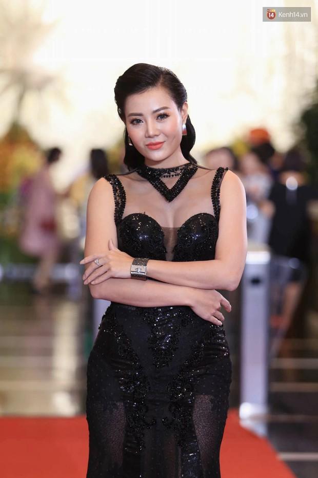 Thảm đỏ VTV Awards 2018: Dàn sao Việt lộng lẫy hội ngộ, Nhã Phương liên tục tạo dáng dùng tay che vòng 2 - Ảnh 5.
