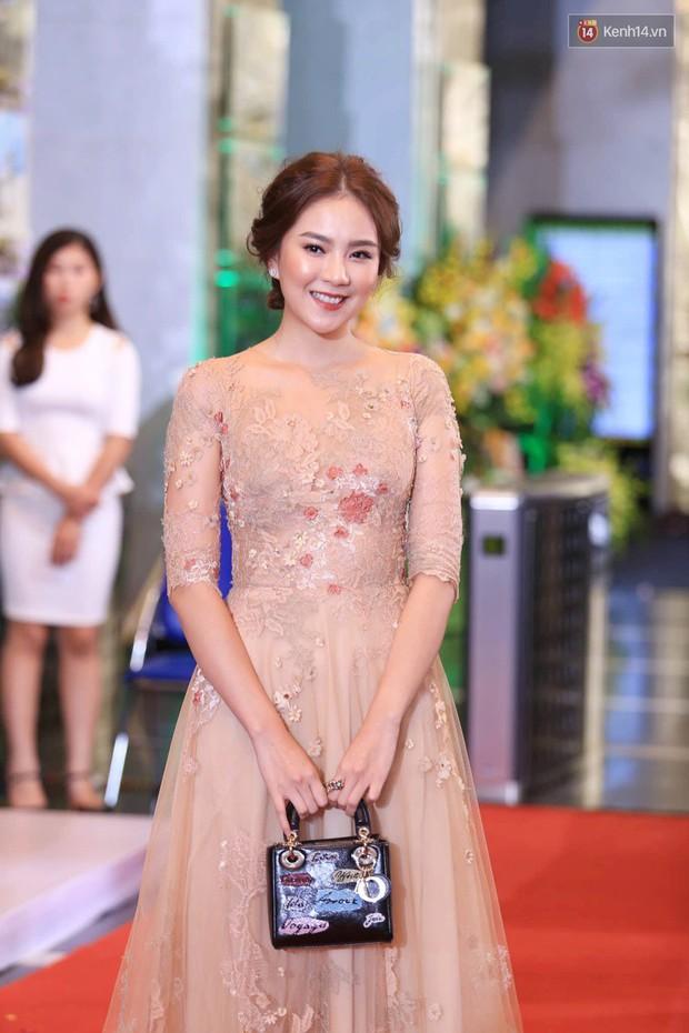Thảm đỏ VTV Awards 2018: Dàn sao Việt lộng lẫy hội ngộ, Nhã Phương liên tục tạo dáng dùng tay che vòng 2 - Ảnh 12.