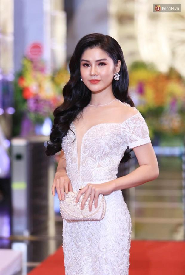 Thảm đỏ VTV Awards 2018: Dàn sao Việt lộng lẫy hội ngộ, Nhã Phương liên tục tạo dáng dùng tay che vòng 2 - Ảnh 11.