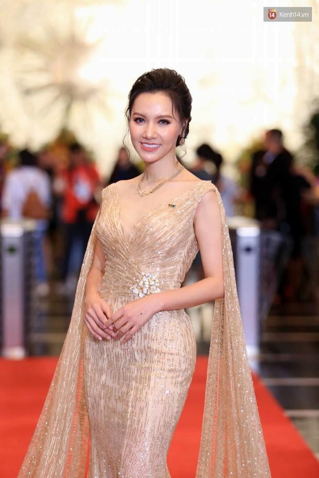Thảm đỏ VTV Awards 2018: Dàn sao Việt lộng lẫy hội ngộ, Nhã Phương liên tục tạo dáng dùng tay che vòng 2 - Ảnh 9.