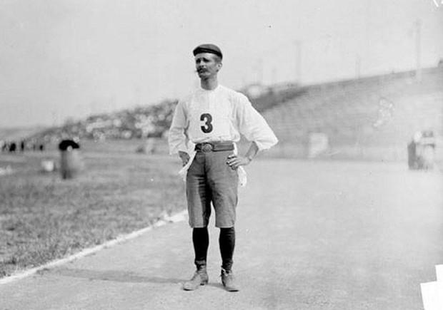 Không cho VĐV uống nước, bắt nuốt thuốc chuột thay doping và những bí mật động trời tại marathon Olympic 1904 - Ảnh 8.