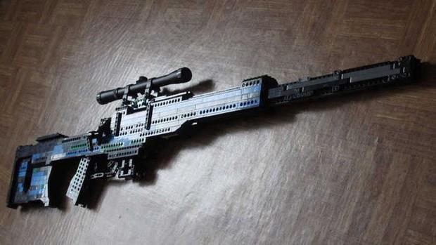 Thanh niên nghịch dại: giơ súng trường lắp bằng Lego ra cửa sổ dọa người, lập tức bị đặc nhiệm Đức phá cửa xông vào bắt - Ảnh 1.
