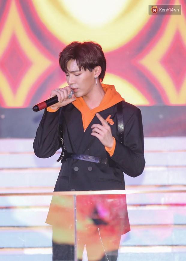 Min, Erik tái hiện màn song ca đình đám, đốt cháy đêm tiệc Orange Party của Shopee - Ảnh 6.